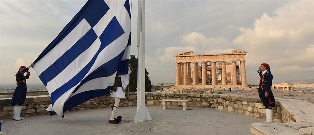 Ημέρα Ενόπλων Δυνάμεων: με λαμπρότητα η έπαρση της σημαίας στην Ακρόπολη (εικόνες)