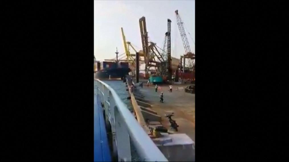 Σύγκρουση πλοίου με γερανό στην Ινδονησία