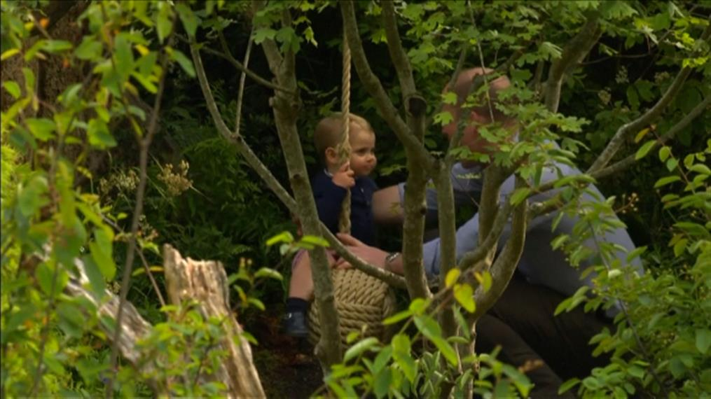 Τα παιδιά του πριγκηπικού ζεύγους παίζουν σε κήπο στο Λονδίνο