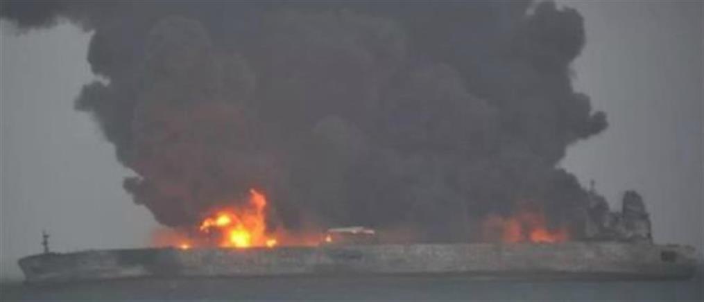 Αγωνία για το πλήρωμα του φλεγόμενου πλοίου στην Κίνα