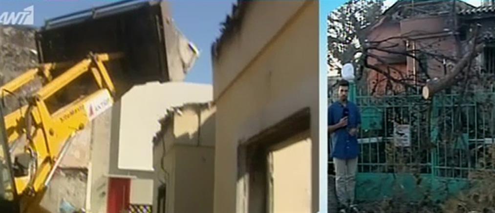 """Συνεχίζονται οι κατεδαφίσεις """"κόκκινων"""" κτισμάτων στο Μάτι (βίντεο)"""