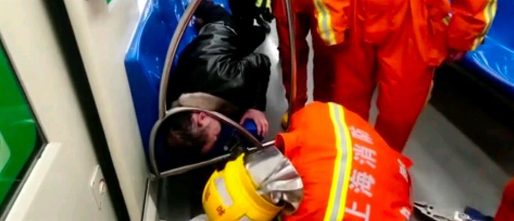 Βίντεο: απεγκλωβισμός επιβάτη του μετρό που τον πήρε ο ύπνος