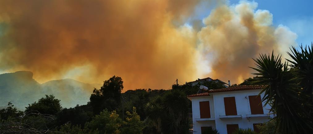 Φωτιά στη Σάμο: Εκκενώνονται ξενοδοχεία και σπίτια (βίντεο)