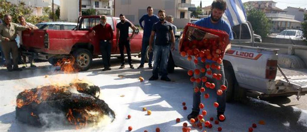 Πέταξαν ντομάτες, γάλατα και έκαψαν ζωοτροφές οι αγρότες στην Αργολίδα (φωτό)