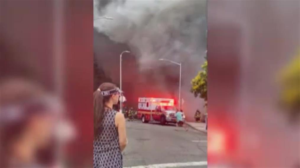 Αυτοκίνητα πήραν φωτιά στη Νέα Υόρκη, προκαλώντας σύννεφο καπνού