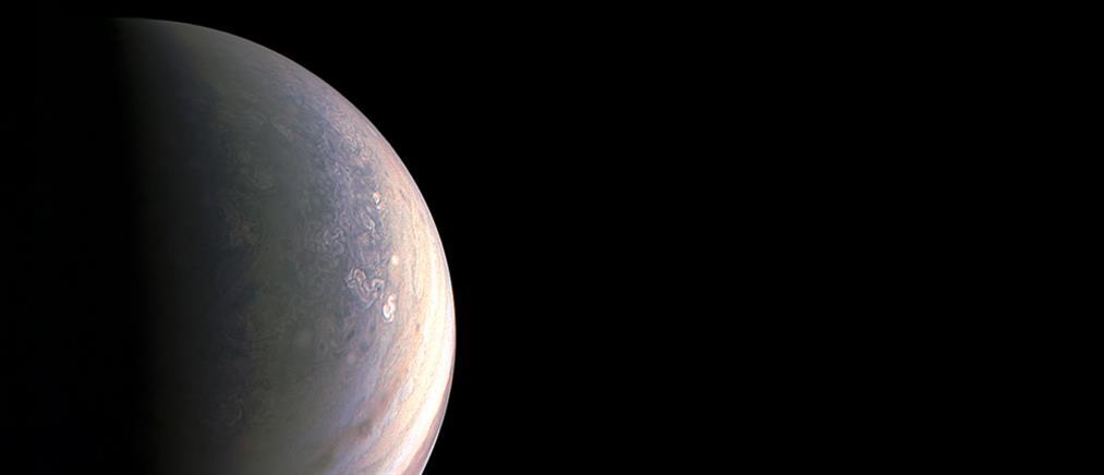 Αυτές είναι οι πρώτες εικόνες από τον βόρειο πόλο του Δία