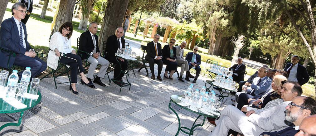Συνάντηση Σακελλαροπούλου με Τσιόδρα και τα μέλη της Εθνικής Επιτροπής Δημόσιας Υγείας