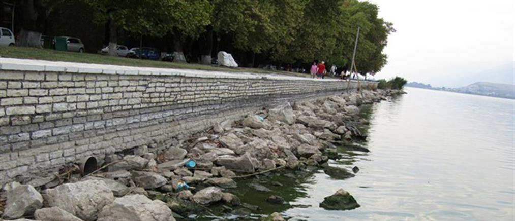 """""""Στέγνωσε"""" η λίμνη Ιωαννίνων (φωτό)"""