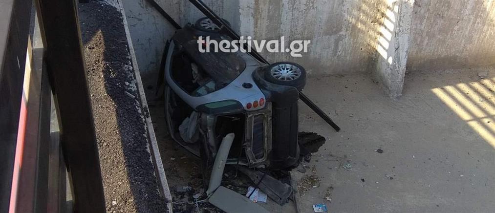 """Καταδίωξη στη Θεσσαλονίκη: Αυτοκίνητο """"προσγειώθηκε"""" σε πάρκινγκ (εικόνες)"""