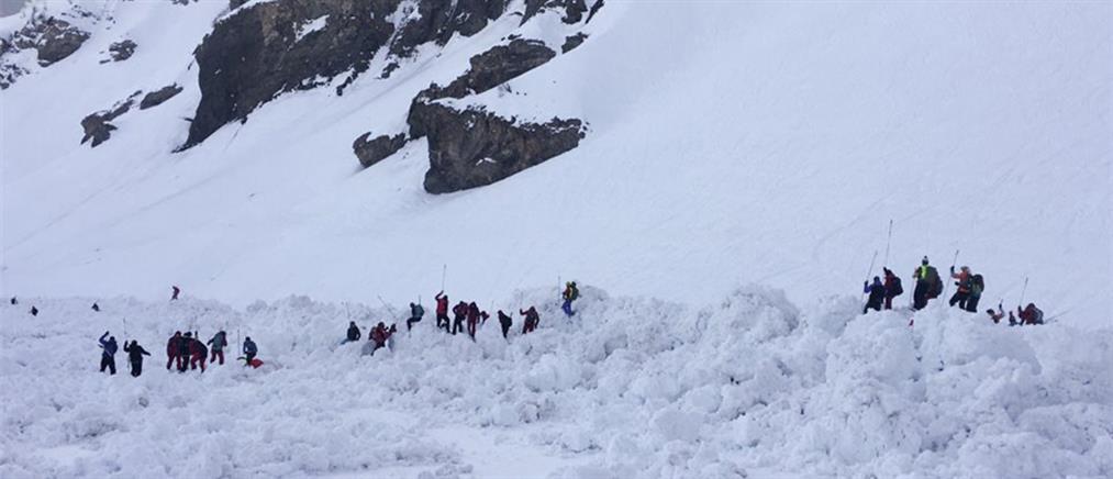 """Βίντεο σοκ: Η στιγμή που χιονοστιβάδα """"θάβει"""" σκιέρ στο Κραν Μοντανά"""