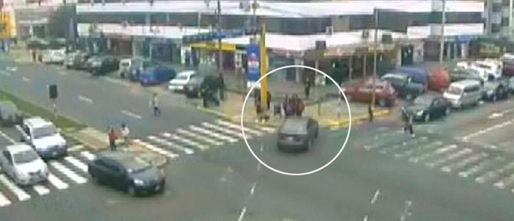 Βίντεο σοκ: Αυτοκίνητο πέφτει πάνω σε παιδιά