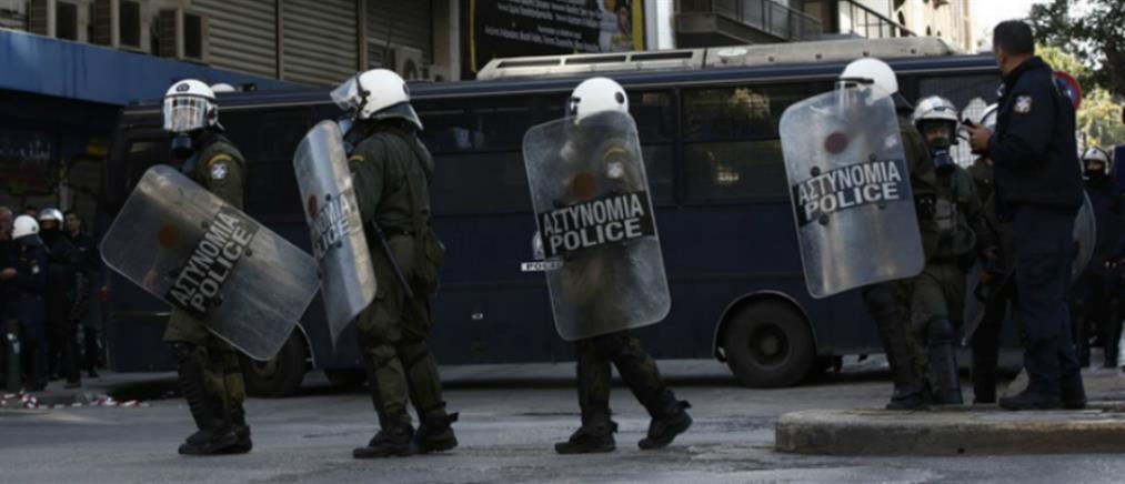 Εικόνες μέσα από το υπό κατάληψη κτίριο που εκκένωσε η Αστυνομία (βίντεο)