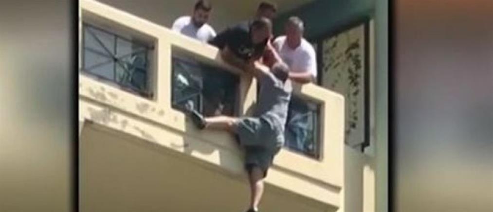 Λοχίας έσωσε άντρα που κρεμόταν από μπαλκόνι (βίντεο)