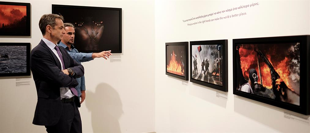 Σε έκθεση με φωτογραφίες του Γιάννη Μπεχράκη ο Πρωθυπουργός (εικόνες)