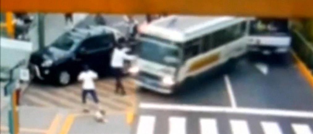 Λεωφορείο περνά πάνω από άνδρα, τη μητέρα και το σκύλο τους (βίντεο)