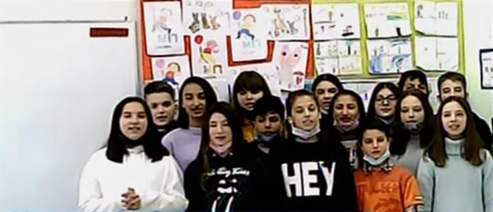 Ξάνθη: μαθητές Δημοτικού τραγουδούν για παππούδες και γιαγιάδες σε γηροκομείο (βίντεο)