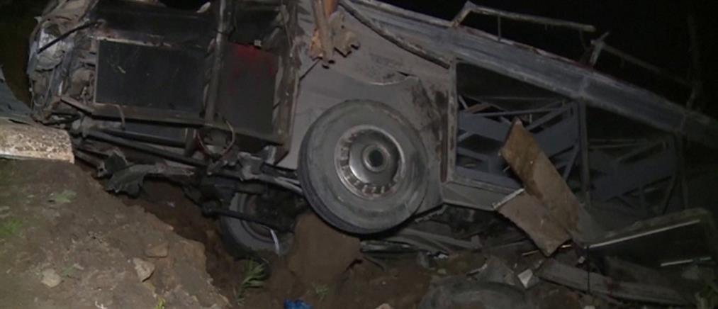 Νεκροί από βουτιά λεωφορείου (βίντεο)