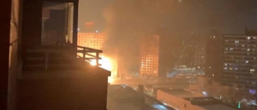 Έκρηξη και φωτιά σε φορτηγό που μετέφερε φιάλες προπανίου (εικόνες)