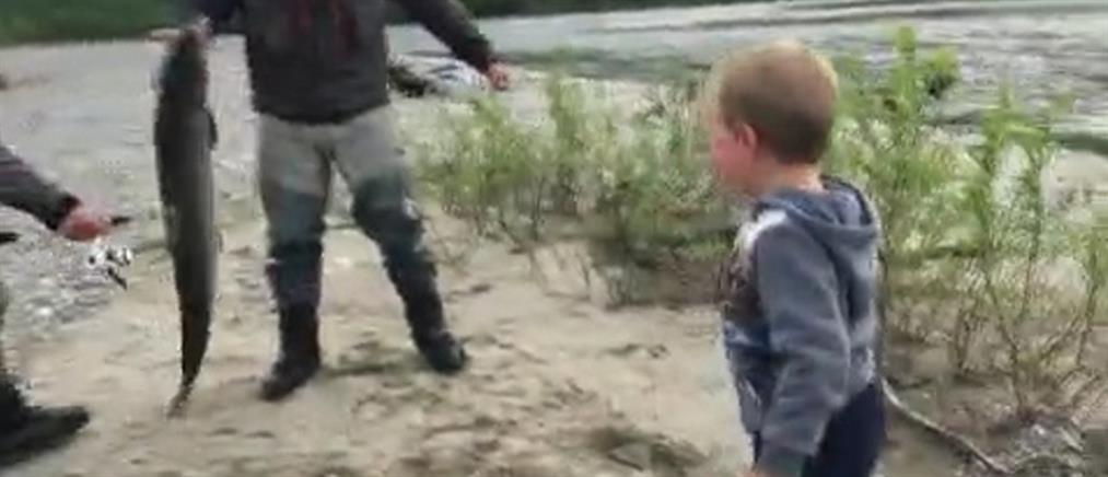 Πιτσιρικάς έπιασε ψάρι μεγαλύτερο από ..το μπόι του! (βίντεο)