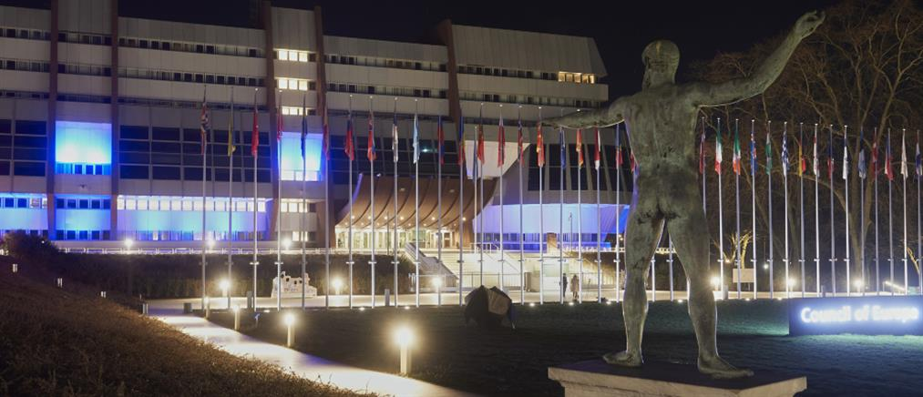 Το Συμβούλιο της Ευρώπης στα χρώματα της ελληνικής σημαίας (εικόνες)
