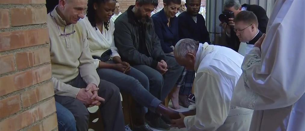 Ο Πάπας Φραγκίσκος έπλυνε τα πόδια 12 φυλακισμένων