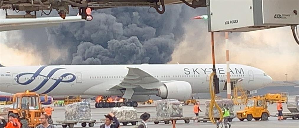 Τρόμος σε αεροδρόμιο της Μόσχας: Αεροπλάνο τυλίχτηκε στις φλόγες (βίντεο)