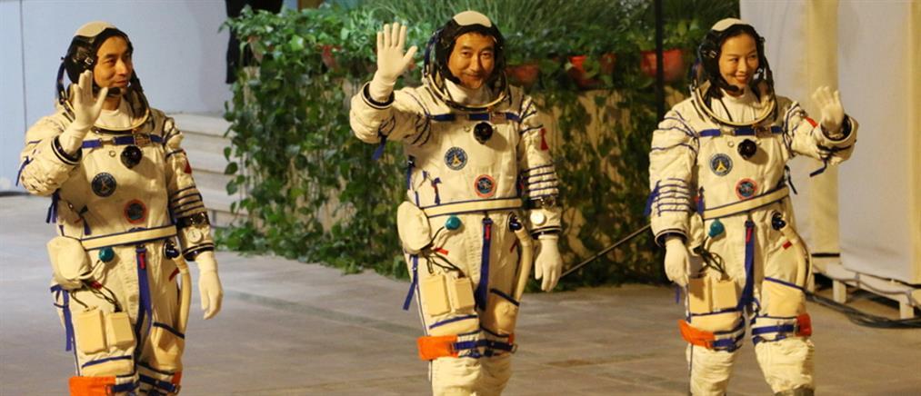 Ο κινεζικός διαστημικός σταθμός υποδέχθηκε τρεις αστροναύτες (βίντεο)