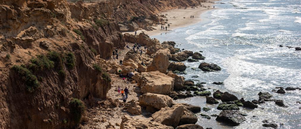 """Ισραήλ: Πετρελαιοκηλίδα """"μαύρισε"""" τις παραλίες (εικόνες)"""