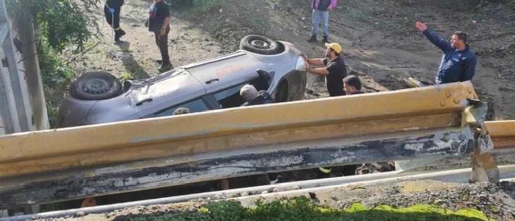 """Εγκλωβίστηκε οδηγός μετά από """"άλμα"""" ΙΧ εκτός δρόμου (εικόνες)"""