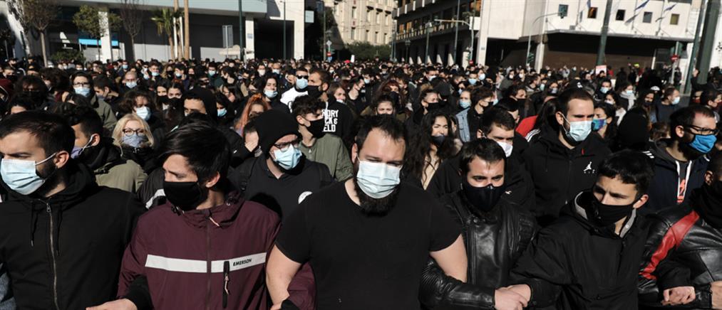 Πανεκπαιδευτικό συλλαλητήριο: απίστευτος συνωστισμός στα Προπύλαια (εικόνες)