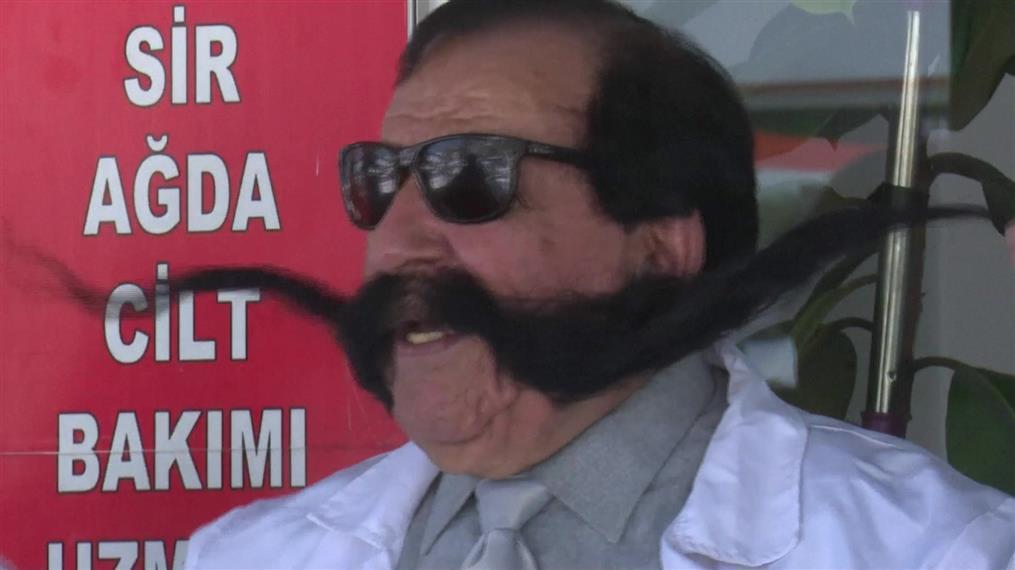 Ο τραγουδιστής που έχει 60 χρόνια να κόψει το μουστάκι του