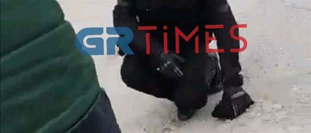 Αστυνομικοί έσωσαν κουτάβι από φωτιά (βίντεο)