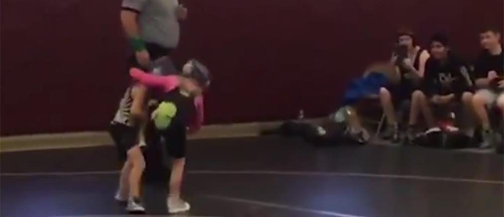 """Πιτσιρικάς εισβάλλει σε αγώνα πάλης για να """"σώσει"""" την αδελφή του (βίντεο)"""