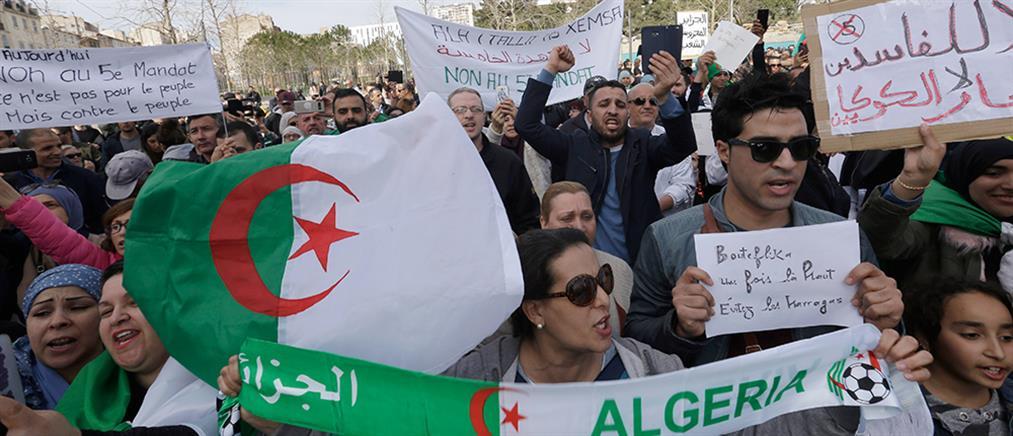 Παραμένουν στους δρόμους οι Αλγερινοί διαδηλωτές (εικόνες)