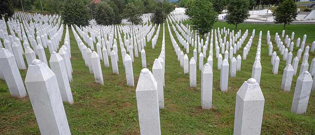Σρεμπρένιτσα: Έθαψε γιο και σύζυγο 25 χρόνια μετά τη σφαγή (εικόνες)