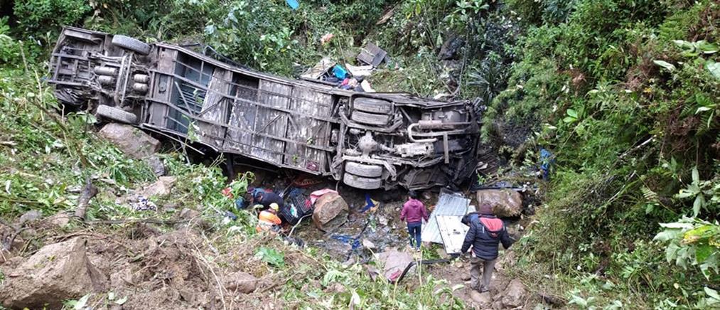 Πτώση λεωφορείου σε χαράδρα με δεκάδες νεκρούς