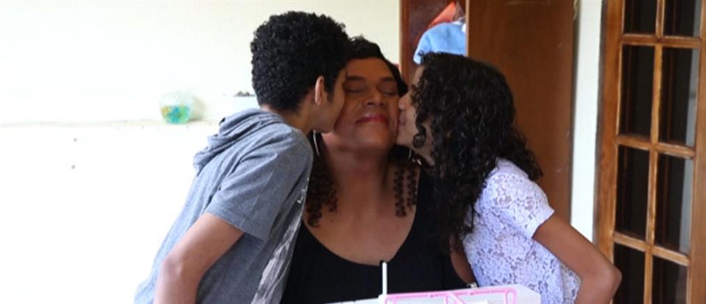 Μητέρα, δασκάλα, πάστορας και τρανσέξουαλ υποψήφια στις εκλογές (βίντεο)