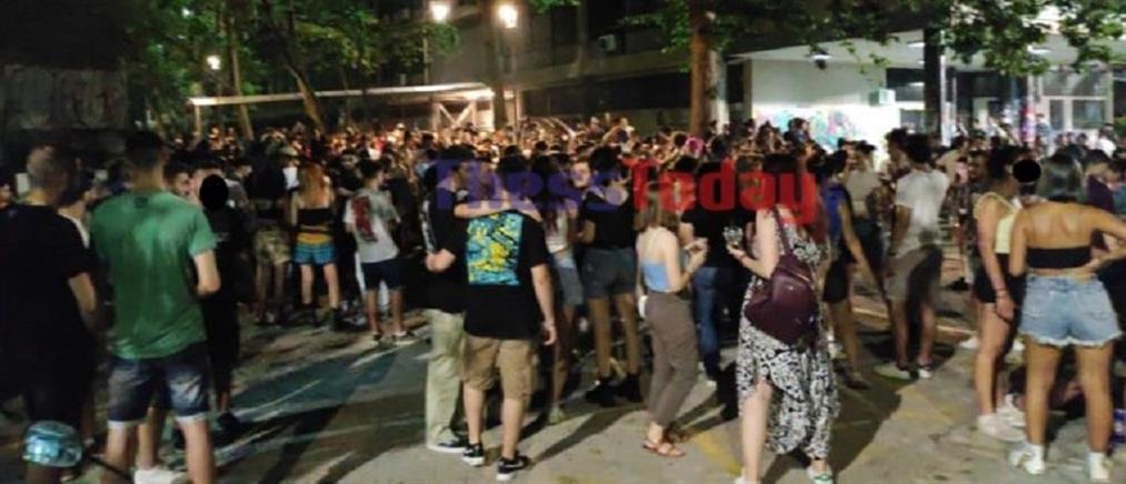ΑΠΘ: νέο κορονοπάρτι με χιλιάδες συμμετέχοντες (εικόνες)