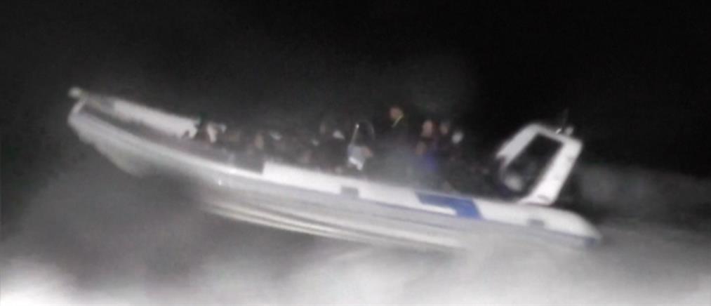 Βίντεο: το τουρκικό Λιμενικό σταματά σκάφος με πρόσφυγες και προορισμό την Ελλάδα