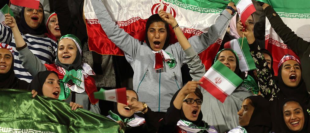 Έγραψαν ιστορία: Γυναίκες στις εξέδρες και επισήμως στο Ιράν (εικόνες)