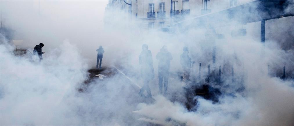 """""""Κίτρινα γιλέκα"""": Δακρυγόνα και συλλήψεις στο Παρίσι στην πρώτη επέτειο (εικόνες)"""