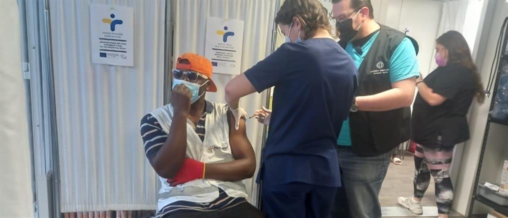 Εμβολιασμός στα ΚΥΤ: μονοδοσικά εμβόλια στους αιτούντες άσυλο