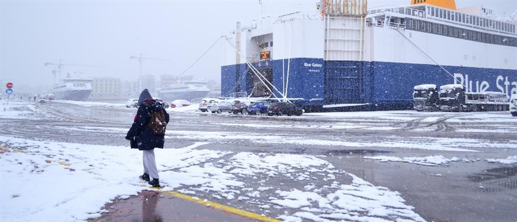 """""""Μήδεια"""" - Πειραιάς: το χιόνι κάλυψε τους καταπέλτες των πλοίων (εικόνες)"""