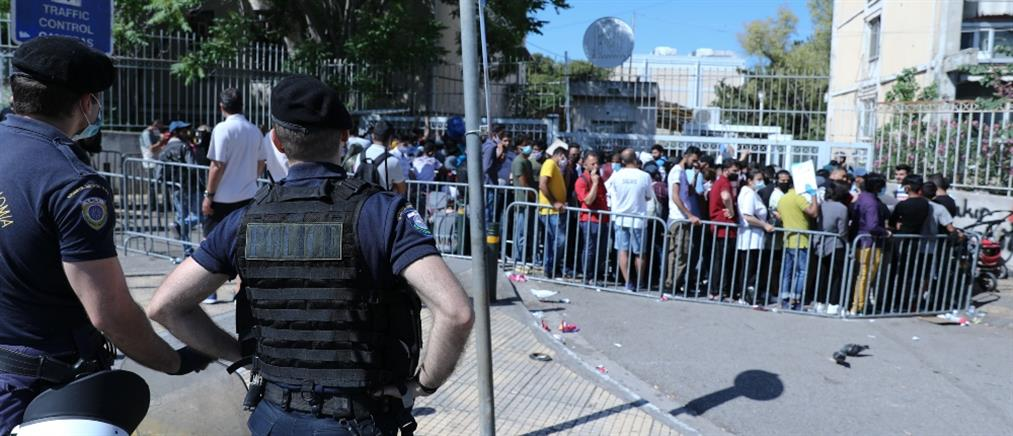 Τεράστιες ουρές και συνωστισμός στην Υπηρεσία Ασύλου (εικόνες)