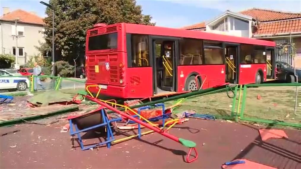 """""""Τρελό"""" λεωφορείο βγήκε απο τον δρόμο και πέρασε μέσα από παιδική χαρά, στο Βελιγράδι"""