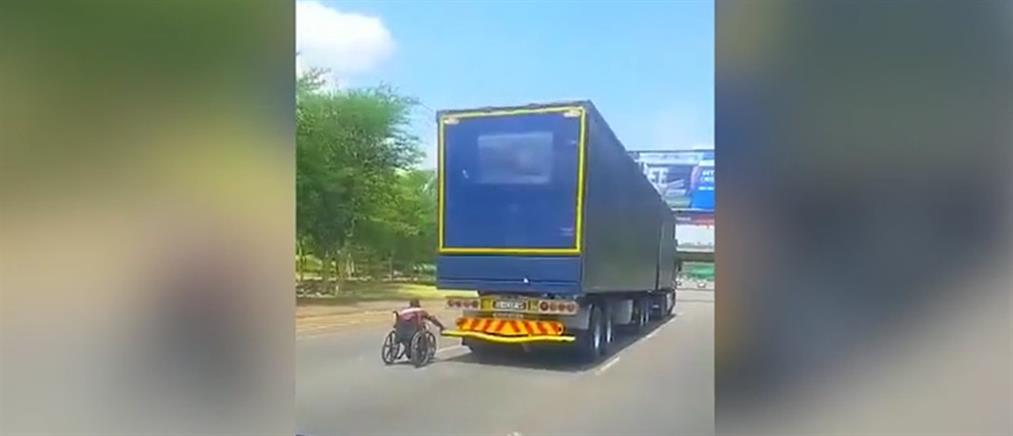 """Άνδρας σε αναπηρικό αμαξίδιο διασχίζει αυτοκινητόδρομο """"γαντζωμένος"""" σε φορτηγό! (βίντεο)"""