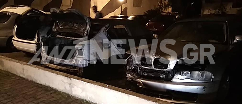 Φωτιά σε αυτοκίνητα σε υπαίθριο πάρκινγκ πολυκατοικίας (εικόνες)
