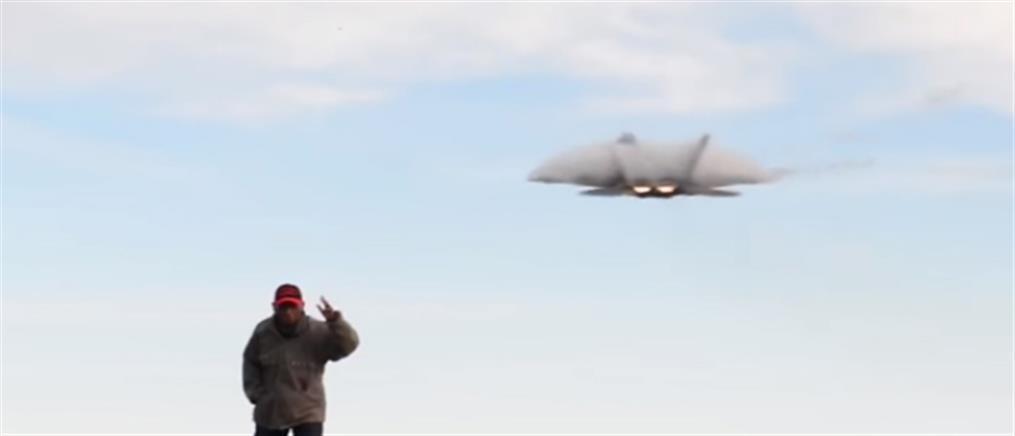 Τον πήρε ο… αέρας ενώ παρακολουθούσε την απογείωση μαχητικού (βίντεο)