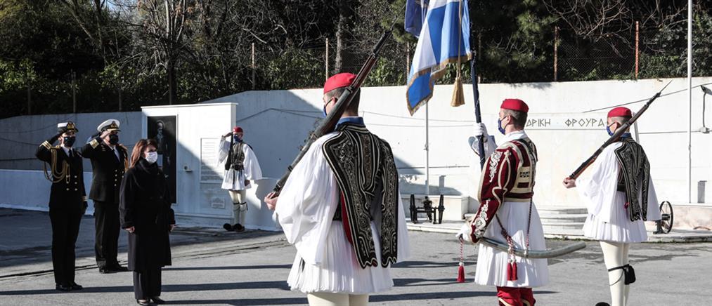 Σακελλαροπούλου: Θεματοφύλακες της ιστορικής μας μνήμης οι εύζωνες