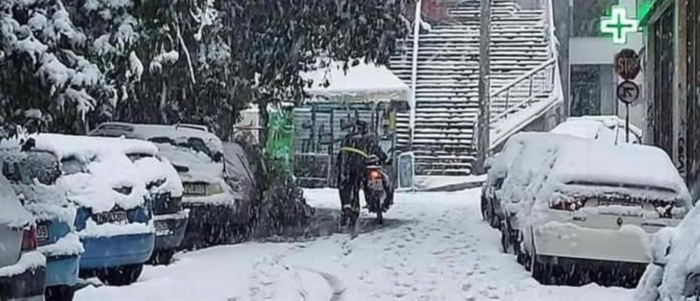 """""""Μήδεια"""": Delivery μέσα στο χιόνι - Μεροκάματο τρόμου για τους διανομείς (εικόνες)"""